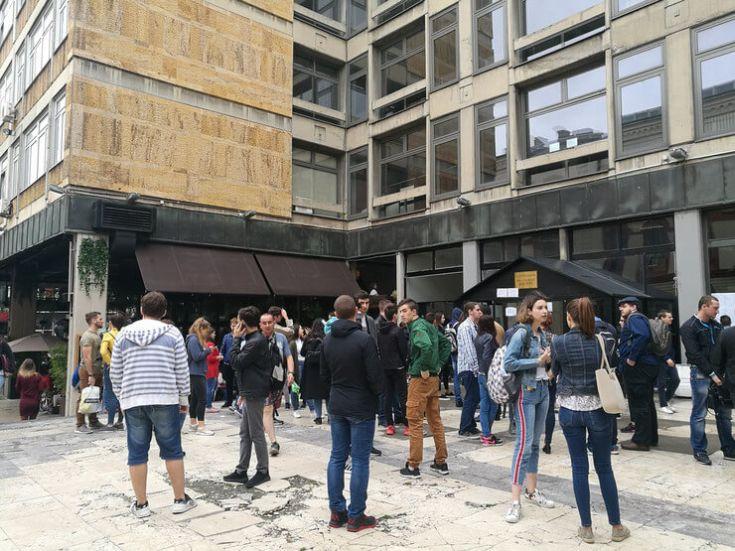 Budući studenti ispred Filozofskog